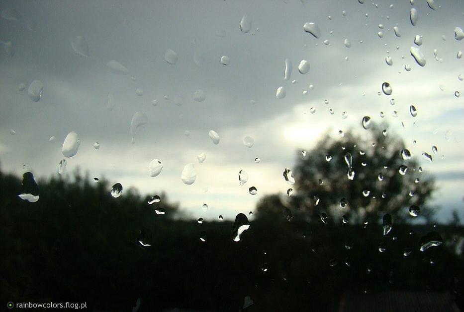okno_z_deszczem