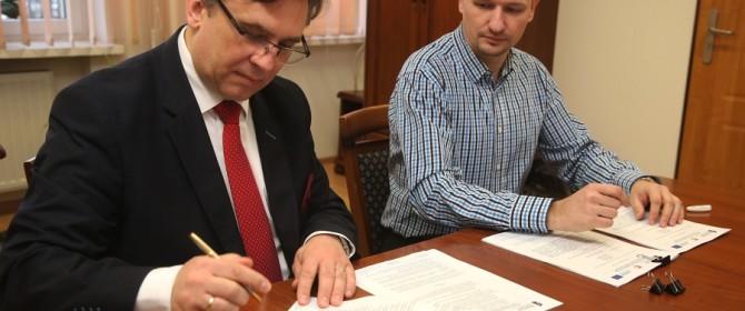 Umowa na darmowy Internet dla osób wykluczonych cyfrowo podpisana. Jest nadzieja na światłowód!